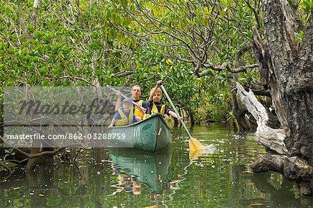 Un canot familial à travers la mangrove près de Kingfisher Bay sur l'île de Fraser.