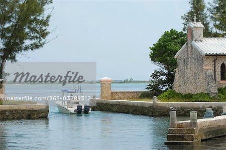 Un bateau quitte le port de plaisance sur Little Whale Cay