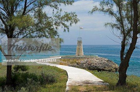 Chemin qui descend vers le phare sur Little Whale Cay