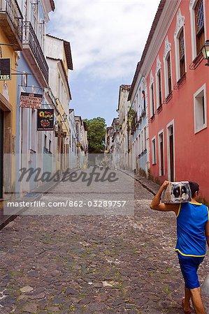 Salvador de Bahia, Brésil. La ville de Salvador, dans la vieille ville historique, un patrimoine de l'UNESCO liste emplacement. Scène de rue qui reflète la richesse culturelle de la ville et son bien préservé architecture coloniale.