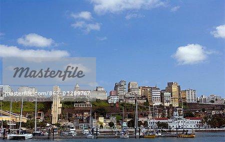 Salvador de Bahia, Brésil. Au sein de la vieille ville, un site du patrimoine mondial de l'UNESCO, une vue de la mer de la modernité et de la vieille ville avec le port de plaisance au premier plan.