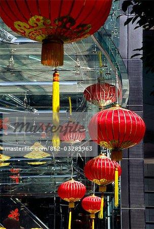 Lanternes chinoises traditionnelles célébrant le nouvel an lunaire contraste avec la construction de verre et de métal d'un gratte-ciel moderne dans le centre, sur l'île de Hong Kong