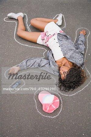 Femme sur le sol avec la ligne de craie autour de corps