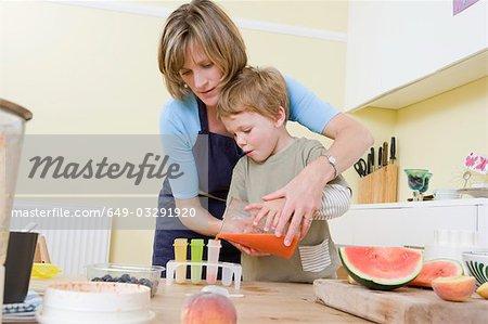 garçon et maman faire des sucettes de fruits