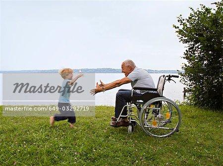 garçon dans les bras d'homme senior