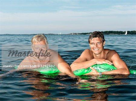 Père et fils sur crocodile gonflable