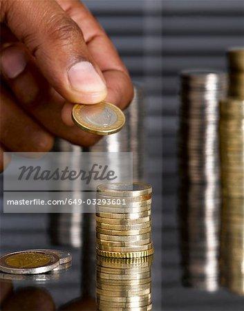 Man Euro-Münzen Stapeln
