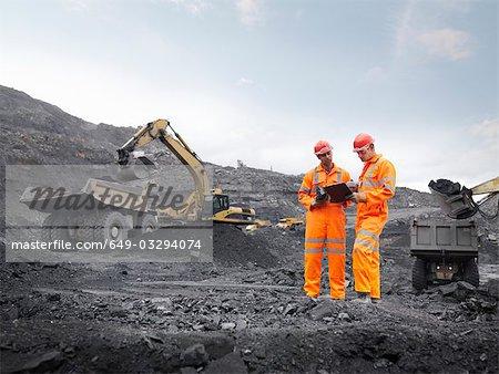 Mineurs de charbon avec le presse-papier