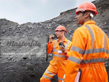 Mineurs de charbon avec talkie walkie