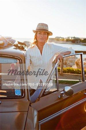 Portrait de femme avec une voiture Vintage, Santa Cruz, Californie, USA