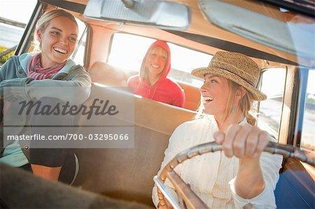 Groupe d'amis dans une voiture Vintage, Santa Cruz, Californie, USA