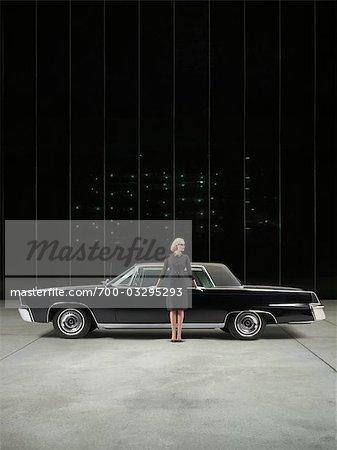 Portrait de femme glamour avec 1964 Chevrolet Imperial LeBaron