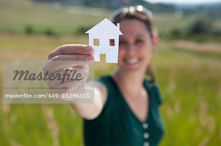 Femme à la maison de papier découpé