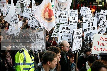 Lutte contre les changements climatiques. Manifestants marchant contre l'utilisation de combustibles fossiles et autres activités antiécologiques.