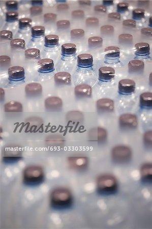 Bouteilles d'eau enveloppés dans du plastique