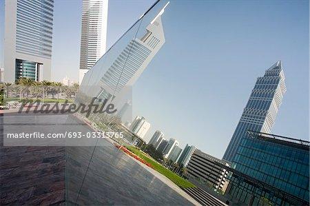 Réflexion, Dubai, Emirats Arabes Unis dans un morceau de miroir d'oeuvre exposée au Dubai International Financial Centre