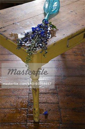 Déchu de vase avec des fleurs sur la table
