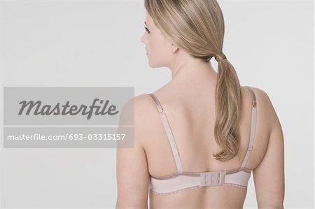 Jeune femme portant le soutien-gorge, vue arrière