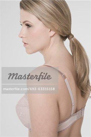 Sexy jeune femme porter de soutien-gorge, profil