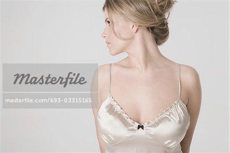 Jolie jeune femme portant chemise de nuit sexy, profil