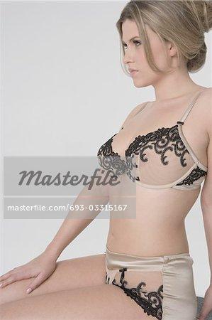 Sexy jeune femme en lingerie