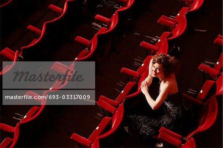 Frau im Theater Ständen, erhöhte Ansicht