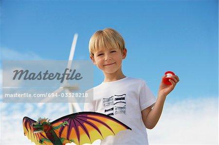 Junge (7-9) Betrieb Kite Wind Farm, Porträt