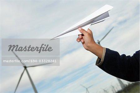 Jungen Hand werfen Papierflieger an Windpark, Nahaufnahme
