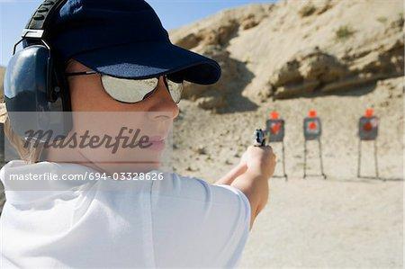 Magalie visant l'arme de poing au polygone de tir