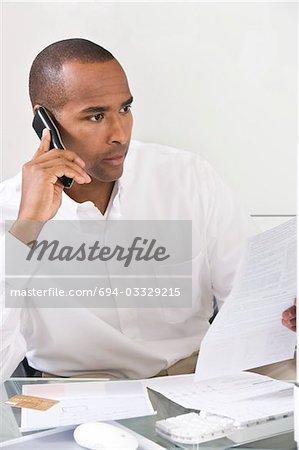 Homme finances de faisant personnelles