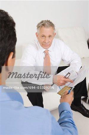 Homme tenant la carte de crédit