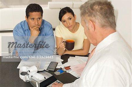 Homme d'affaires aidant les Couple avec les cartes de crédit