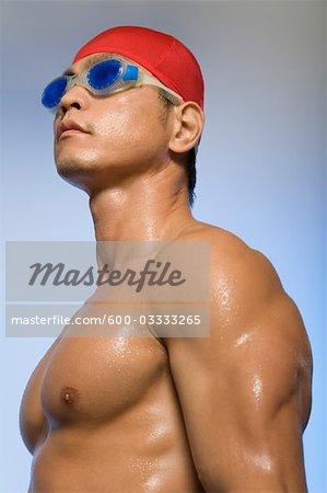 Homme portant le bonnet de bain et des lunettes