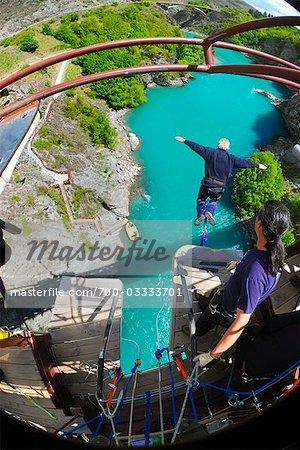 Saut à l'élastique sur le pont suspendu Kawarau près de Queenstown, île du Sud, Nouvelle-Zélande