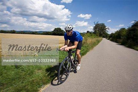 Un homme monté sur un vélo