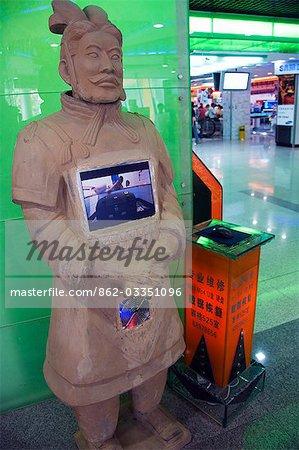 Eine moderne Terrakotta-Krieger in eine Stadt Einkaufszentrum, Stadt Xian, Shaanxi Provinz, China angezeigt