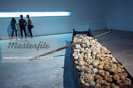 Chine, Beijing. Exposition de crânes à l'usine 798 Art district.