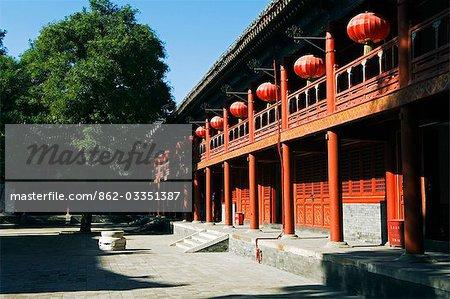 China, Peking, Donyue Tempel. Laternen schmücken ein Tempel-Gebäude.
