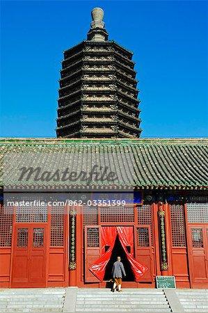 China, Peking, Tianningsi Tempel. Eine Nonne betreten des Tempels durch eine gestufte Pagode übersehen.
