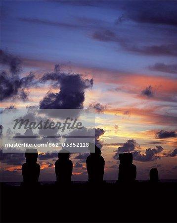 Silhouette au coucher du soleil sur Ahu Vai Uri, quatre tanné moais et du tronc de faire d'un cinquième s'asseoir sur le dessus de le trois ahus ou plates-formes de centre cérémoniel de Tahai. Tahai est juste à quelques pas de Hanga Roa, principale agglomération de l'île.