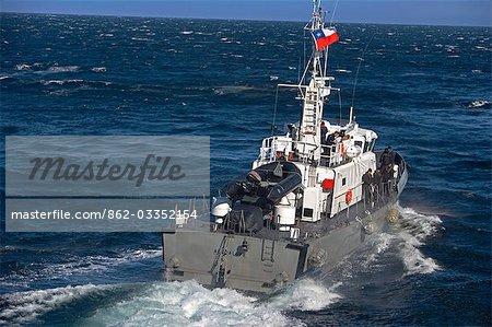 Chili, Tierra del Fuego. Un bateau-pilote marine chilienne répond à un navire de l'expédition qu'il entre dans le détroit de Magellan, la route pour le port de Puerto Williams au sud de l'Isla Grande de Tierra del Fuego.