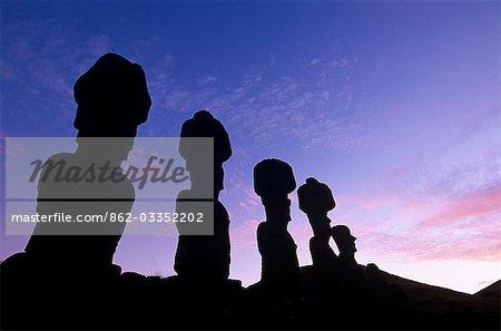 Chili, île de Pâques, Anakena. AHU Nau Nau, la moyenne statues Moai garnie de coiffes de scories rouges (appelés Pukao).