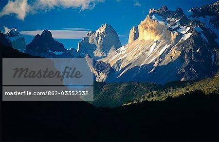 Chili, Parc National Torres del Paine. Coucher de soleil dans l'ensemble du massif de la Torres del Paine