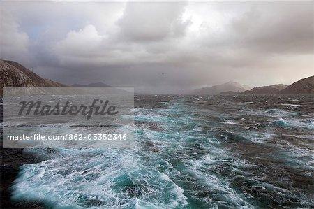Chili, Tierra del Fuego, le détroit de Magellan. Les tempêtes et les vents violents ont toujours fait de cette voie maritime essentielle et un défi intéressant pour les navigateurs et les vents violents envoie spindrift sur toute la surface du canal avec la toile de fond des montagnes de la Terra Del Fuego