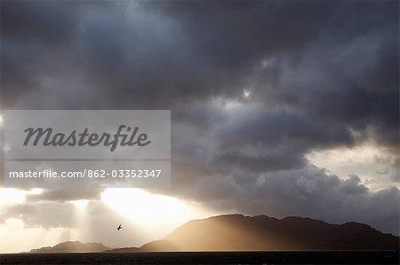 Chili, Tierra del Fuego, le détroit de Magellan. Les tempêtes et les vents violents ont toujours fait cette voie maritime une importance cruciale et un défi intéressant pour les marins, mais dans le ciel dramatique de beau temps et des couchers de soleil impressionnants sont communs.