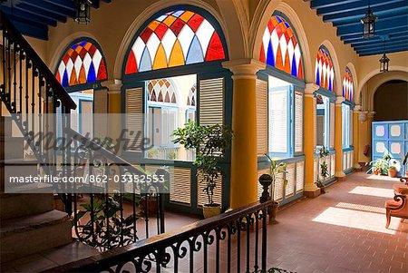 Cuba, la Havane. Arches de vitraux appelées Virales, Casa del Marques de Aguas Claras, Plaza de la Catedral, la Havane