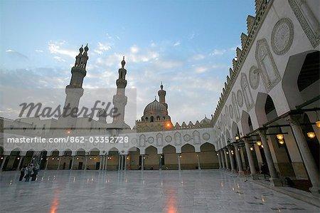 Un groupe de jeunes Égyptiens traverse la Cour de la mosquée Al Azhar après la prière du vendredi.