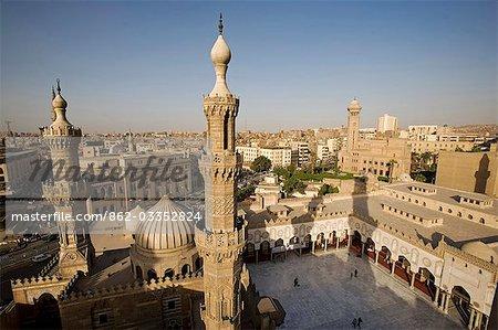 Les minarets de la mosquée Al-Azhar au Caire islamique
