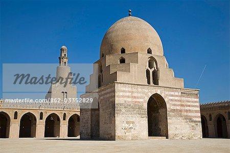 L'énorme Cour de la mosquée de Ibn Tulun, construit au IXe siècle, la plus grande et une des plus anciennes mosquées au Caire.