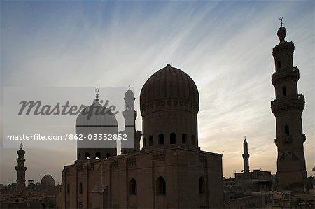 Coucher de soleil sur les mausolées de la ville des morts, le Caire, Egypte